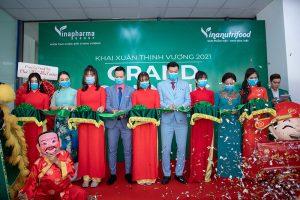 Lãnh đạo Tập đoàn Vinapharma - Group cắt băng khai trương