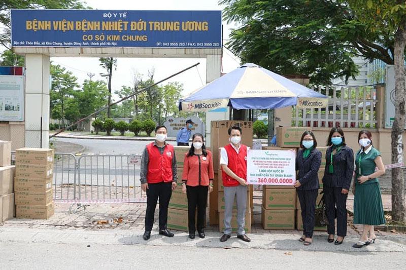 Trao phần quà trị giá 360 triệu cho các bệnh nhân và người nhà đang điều trị, cách ly tại Bệnh viện Nhiệt đới Trung Ương cơ sở 2 Kim Chung Đông Anh, Hà Nội