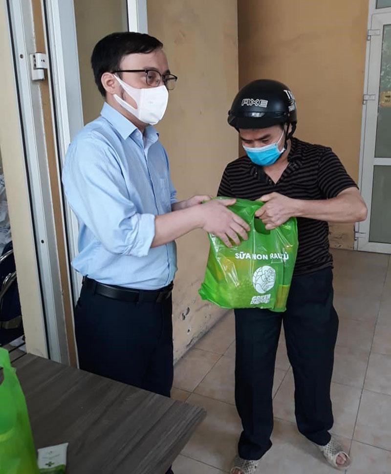 Thay mặt các nhà hảo tâm, anh Nguyễn Tiến Thành tặng lương thực, thực phẩm cho anh Nguyễn Huy Cường và những thành viên của Hội Người mù quận Thanh Xuân. Ảnh: NVCC