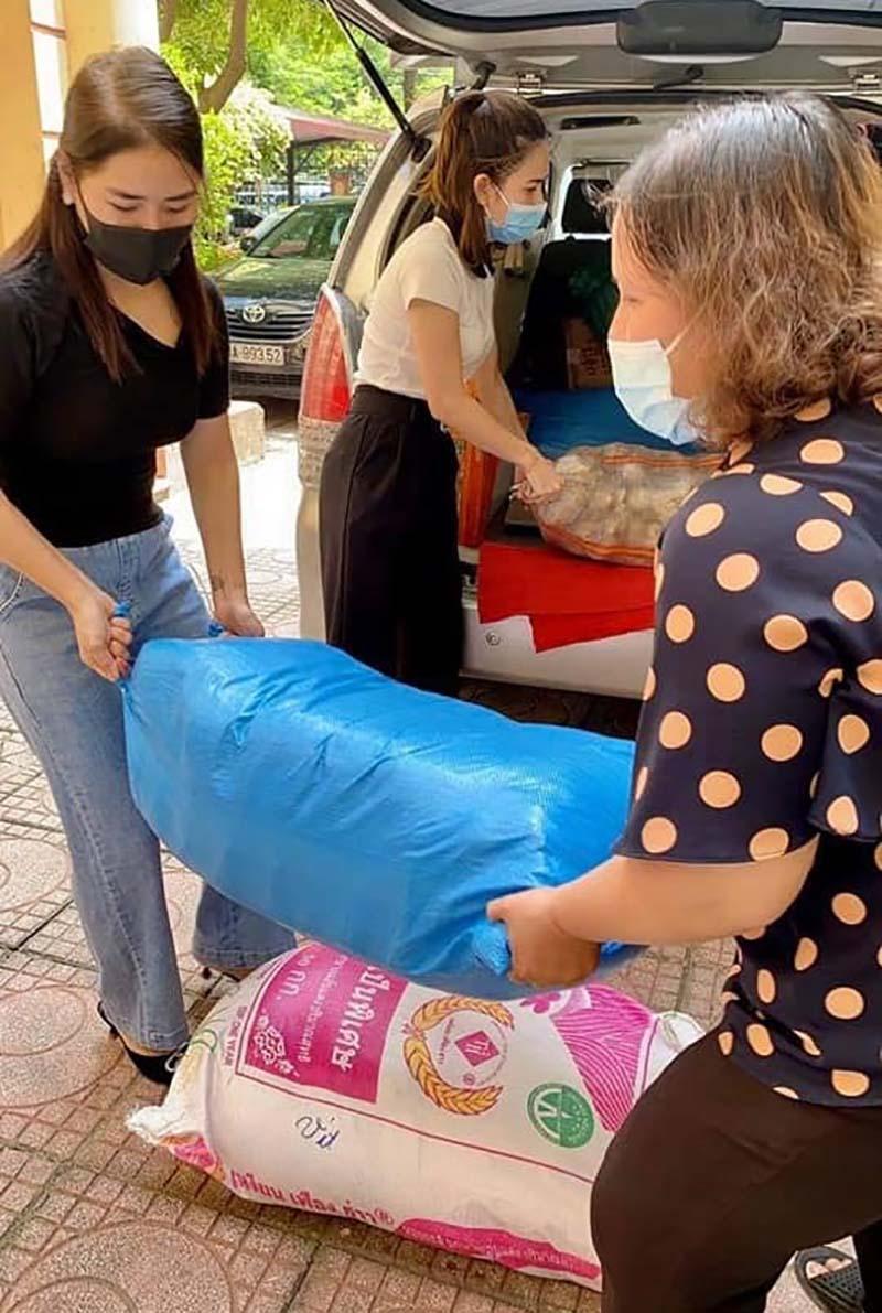 Các nhà hảo tâm gửi tặng lương thực, thực phẩm cho người khiếm thị.