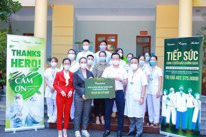 Bác sĩ Nguyễn Thị Diễm Hằng, Chủ tịch HĐQT Công ty Cổ phần Thực phẩm Dinh dưỡng Hữu cơ Việt Nam trao quà cho các y, bác sĩ tuyến đầu chống dịch Covid-19 tại quận Hà Đông