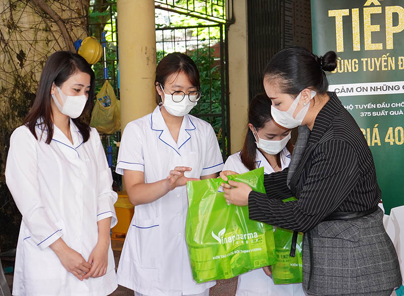 trao quà chống dịch